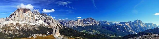 Panorama delle montagne delle dolomia dal picco di montagna di Nuvolau Immagine Stock