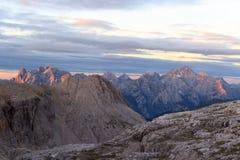 Panorama delle montagne delle dolomia di Sesto con Alpenglow ad alba nel Tirolo del sud Fotografia Stock