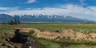 Panorama delle montagne di Altai con il fiume Fotografia Stock Libera da Diritti