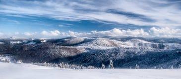 Panorama delle montagne di Beskids di inverno con neve, le colline ed il cielo blu con le nuvole Fotografia Stock Libera da Diritti