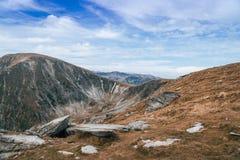 Panorama delle montagne di Carpathians e della strada famosa di Transalpina Azionamenti scenici Transalpina di Romania's, rampi fotografia stock libera da diritti
