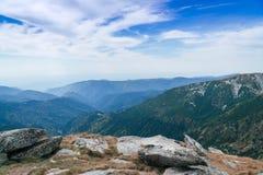 Panorama delle montagne di Carpathians e della strada famosa di Transalpina Azionamenti scenici Transalpina di Romania's, rampi immagine stock libera da diritti
