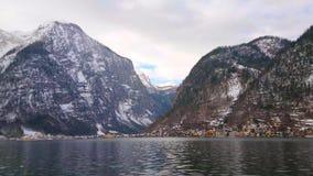 Panorama delle montagne di Dachstein e di Hallstatt dal lago, Austria stock footage