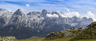 Panorama delle montagne di estate, Dolomiti Immagini Stock