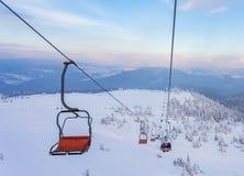 Panorama delle montagne di inverno con gli ski-lift Fotografia Stock Libera da Diritti