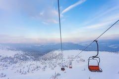 Panorama delle montagne di inverno con gli ski-lift Fotografie Stock Libere da Diritti