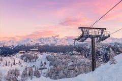 Panorama delle montagne di inverno con i pendii e gli ski-lift dello sci Immagine Stock
