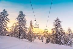 Panorama delle montagne di inverno con i pendii e gli ski-lift dello sci Fotografia Stock Libera da Diritti
