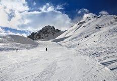 Panorama delle montagne di inverno con i pendii e gli ski-lift dello sci Immagini Stock Libere da Diritti