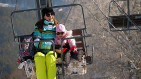Panorama delle montagne di inverno, ski-lift archivi video