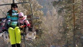 Panorama delle montagne di inverno, ski-lift stock footage