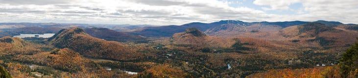 Panorama delle montagne durante la caduta Fotografia Stock