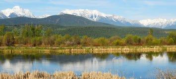 Panorama delle montagne e del fiume Fotografia Stock Libera da Diritti