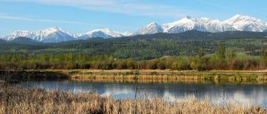 Panorama delle montagne e del fiume Fotografia Stock