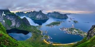 Panorama delle montagne e di Reine nelle isole di Lofoten, Norvegia Immagini Stock Libere da Diritti