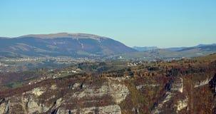 Panorama delle montagne italiane con la città di Asiago e di Th Fotografia Stock