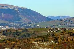 Panorama delle montagne italiane con la città di Asiago e di Th Fotografia Stock Libera da Diritti