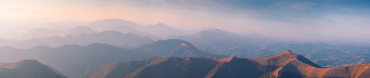 Panorama delle montagne nebbiose carpatiche Fotografia Stock Libera da Diritti