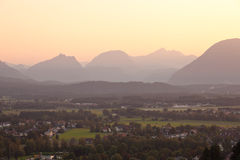 Panorama delle montagne nelle alpi al tramonto Immagine Stock Libera da Diritti