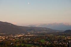 Panorama delle montagne nelle alpi al tramonto Fotografia Stock