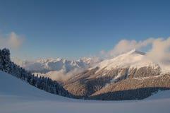 Panorama delle montagne nevose Fotografie Stock Libere da Diritti