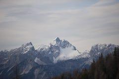 Panorama delle montagne nevose nella foschia Fotografia Stock