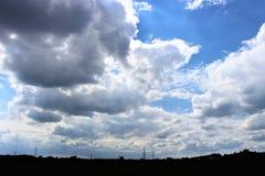 Panorama delle nuvole grige e dell'orizzonte industriale fotografia stock