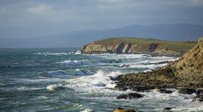 Panorama delle onde che si schiantano sulla costa di California vicino a San Francisco fotografie stock libere da diritti