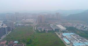 Panorama delle periferie di Gunzhou, vista aerea delle fabbriche e delle case stock footage