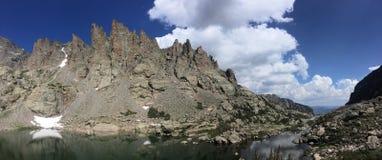 Panorama dello stagno del cielo in Rocky Mountain National Park fotografia stock libera da diritti