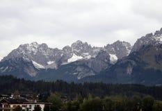 Panorama der Alpen nahe Wald im Pinzgau Lizenzfreie Stockfotos