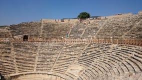 Panorama der alten griechisch-romanischen Stadt Der alte Amphitheatre von Hierapolis in Pamukkale, die Türkei Zerstörte alte Stad lizenzfreie stockfotografie