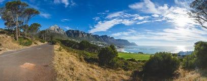Panorama der 12 Apostel in Cape Town mit blauem Himmel Stockfoto