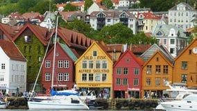 Panorama der berühmten norwegischen Straße Bryggen, Bergen stock video