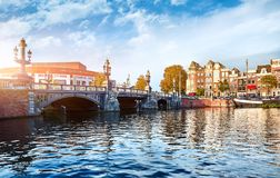 Panorama der blauen Brücke Blauwbrug in Amsterdam Lizenzfreies Stockfoto