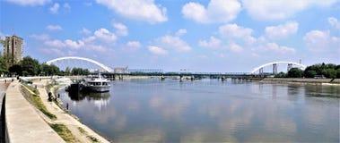Panorama der Brücke über dem Fluss Sava lizenzfreie stockbilder