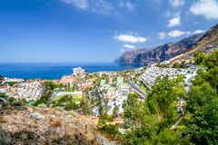 Panorama der Bucht mit Berg und Dorf Stockbilder