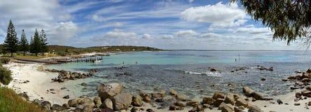 Panorama der Bucht mit Piers lizenzfreie stockfotos