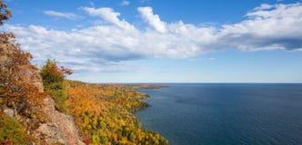 Panorama der bunten Küstenlinie des Oberen Sees mit drastischem Himmel Stockfotos