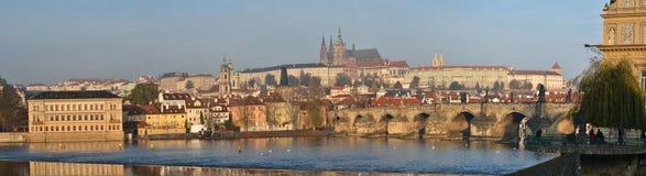 Panorama der Charles-Brücke in Prag Lizenzfreies Stockfoto