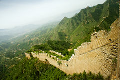 Panorama der Chinesischen Mauer, wickelnd auf Bergen Stockfotografie