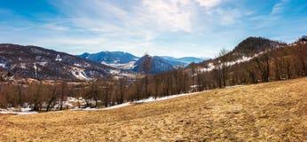 Panorama der Gebirgslandschaft im Frühjahr stockbilder