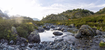 Panorama der Gebirgslandschaft mit dem Zelt auf der Wiese, finden Lizenzfreies Stockbild