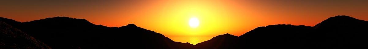 Panorama der Gebirgssonnenuntergangansicht des Sonnenaufgangs über den Bergen, das Licht über den Bergen, Stockfoto