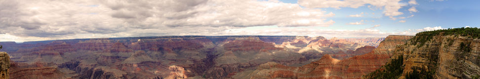 Panorama der Grand Canyonlandschaft mit Wolken in Arizona Stockbild