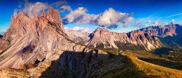 Panorama der Gruppe Odle - Geisler und der Kante Pizes de Cir nationen Stockbild