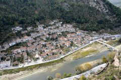 Panorama der historischen und besichtigten Stadt von Berat von der Spitze des Hügels lizenzfreies stockfoto