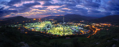Panorama der industriellen Fabrik nachts Lizenzfreies Stockfoto