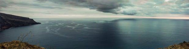 Panorama der Küstenlinie Madeira mit hohen Klippen entlang dem Atlantik Drastischer Himmel stockfotos