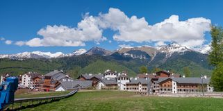 Panorama der kaukasischen Berge von Krasnaya Polyana lizenzfreies stockbild